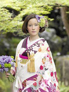 モダンに仕上げたヘアスタイルには生花を使った華やかなかんざしを♡和装結婚式で参考にしたい花嫁かんざしまとめ♡真似したいウェディング・ブライダルアイデア♡