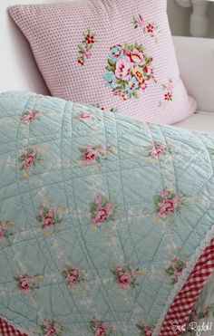 Inspiration - cross stitch Cath Kidston flowers onto pink gingham White Painted Furniture, Farm House Colors, Romantic Homes, Rose Cottage, Cath Kidston, Cross Stitch Flowers, Colour Board, Machine Quilting, Soft Colors