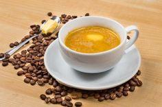 Infusez votre café du matin Le café vous donne l'énergie nécessaire pour bien entamer la journée, mais un café agrémenté d'huile de coco stimulera encore plus votre énergie ! Je vous présente le café 'Bulletproof' blindé, un rituel matinal exposé par des professionnels de la santé comme Dave Asprey, auteur du livre 'The Bulletproof Diet'. Asprey affirme que le café infusé d'acides gras saturés (1 cuillère à café de beurre de vache nourrie en broutant de l'herbe ou 1 cuillère à café d'huile…