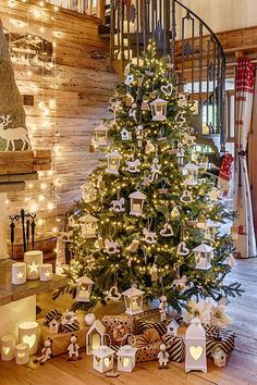 Original Christmas trees Alberi di Natale originali 2020 Christmas tree with white wooden decorations: house lanterns, candle holder buckets for an ecological and original tree - Funny Christmas Ornaments, Christmas Post, White Christmas, Christmas Decorations, Holiday Decor, Christmas Ideas, Christmas Templates, Wooden Decor, Beautiful Christmas