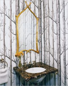 Interesting coordination of wallpaper and mirror frame repeat