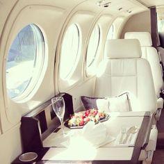Desayunando en un jet privado.