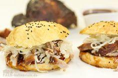 """Toller Silvester-Mitternachtssnack, noch schnell genießen bevor die """"guten"""" Diät-Vorsätze greifen.  Pulled Pork aus dem Backofen mit selbstgemachter Barbecue-Sauce, Krautsalat, Cole Slaw und frisch gebackenen Brioche-Burger-Buns"""