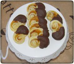 Diese leckeren, kleinen, schokoladigen Mini-Schweinsöhrchen, ganz schnell hergestellt aus Blätterteig sind das ideale Fingerfood.
