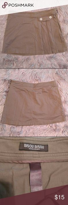 Bisou Bisou side pleated mini skirt Bisou Bisou side pleated mini skirt Military inspired style super cute with Doc Martin's and knee high socks. Size 12 Excellent used condition! Bisou Bisou Skirts Mini