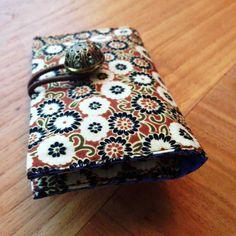 Iedereen kent het wel: een overvolle portemonnee omdat je van veel winkels een klantenkaart of spaarkaart hebt. Daarom maken we deze week een portemonnee om al je pasjes in op te bergen. Zo krijg je in je portemonnee weer ruimte voor wat er eigenlijk echt in moet: geld! Diy Bags Tutorial, Trends, Purses And Bags, Sewing Patterns, Coin Purse, Decorative Boxes, Arts And Crafts, Gift Wrapping, Wallet