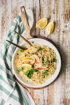 lemon spaghetti & easy quick pasta for the spring & GourmetGuerilla.de The post lemon spaghetti & totally simple, fast-paced, deliciously delicious. And also the best pasta for the spring season. Clean Eating Results, Clean Eating Soup, Clean Eating Recipes, Lemon Spaghetti, Spaghetti Recipes, Pasta Recipes, Pasta Spaghetti, Lemon Pasta, Healthy Juice Recipes