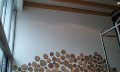 muur bekleefd met houtstukjes