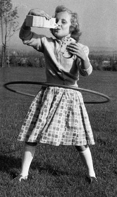 Hula-hoops: These vintage photos from 1958 show the height of the fad Hot Shots, Vintage Photographs, Vintage Photos, Hula Hoop Workout, Rock And Roll, People Having Fun, Vintage Children, Art Children, Girl Humor
