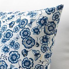 SÅNGLÄRKA Cushion, flower, blue white, Soft filling of recycled PET bottles and fabric woven from sustainably grown cotton with a pattern printed using less water than conventional methods. Cushions Ikea, White Cushions, Decorative Cushions, Articles Pour Enfants, Le Dodo, Ikea Baby, Ikea Family, Cosy Corner, Ikea Home