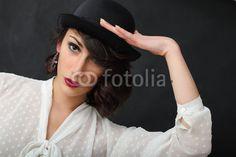 Ragazza con camicia bianca e cappello nero