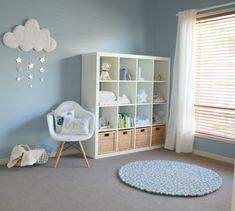 décoration chambre bébé garçon en bleu pâle et mobilier blanc                                                                                                                                                      Plus