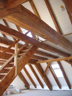 Dachgeschossausbau - Bild 3: Blick in den Dachspitz des renovierten Bauernhausdachstuhls. Dort befindet sich ein offenes Studio.  12 alte Balken mussten ausgewechselt werden und wurden von www.mangostil.de in der passenden Größe geliefert. Mangostil lieferte ebenso die alte Treppe.