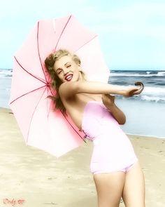 Eté 1949 Tobey Beach Parasols - Marilyn par André De Dienes - Divine Marilyn…