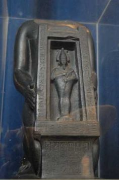 Psammétique-sa-Neith présentant un naos d'Osiris-Hemag. XXVIe dynastie. Saïs. Pennsylvania University Museum, Philadelphie.