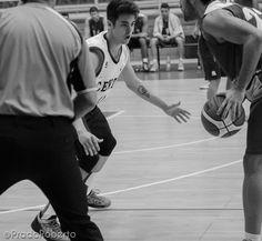 Concentrado y resolutivo el joven #JoseLuisGonzalez ante #AmicsCastello. En 14 minutos ha anotado 8 puntos con 1/1 en T2 y 2/3 en T3. Además ha sumado un rebote y una asistencia a su estadística particular. 28 de septiembre de 2014. #Baloncesto #Basket #Alicante #AdeccoPlata #CBLucentum Alicante, Basketball Court, Sports, Attendance, Basketball, September, T Shirts, Dots, Hs Sports