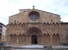 En los siglos XI y XII no podemos aún hablar de España. La península está ocupada al sur por los musulmanes y en el Norte los reinos crist...