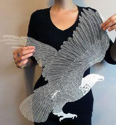 触れただけで壊れてしまいそうなほど繊細な鷲のモチーフ。なんとこれは切り絵なんです!    こちらは、アメリカを中心に活動するアーティスト、モーデス・ホワイトさんの作品。 糸のようにも見える細...