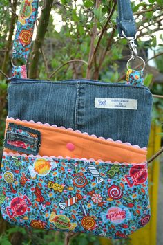 CheRRy's World - zicky zacky bag von Cherry´s World Really cute bag, looks to be made from a denim jean leg. Sorta inspiration (but the upside down fabric would make me crazy) Idea to use some leftover jeans Da ich vor meinem Urlaub ziemlich im Stress wa Denim Purse, Tote Purse, Patchwork Bags, Quilted Bag, Blue Jean Purses, Diy Sac, Denim Handbags, Old Jeans, Denim Bags From Jeans