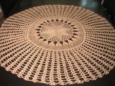 Maravilhosa toalha de crochê confeccionada com linha. Dará um toque especial à sua mesa. Fácil lavagem e secagem. Não é necessário passar. Esta peça mede 100 de diâmetro. Pode ser confeccionada em outras cores.