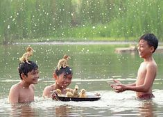 Itik  itik kecilku mandi. Beauty Of Boys, Meaningful Pictures, Kids Photography Boys, Indian Village, Vietnam, Happy Pictures, India Colors, What The World, Tourist Places