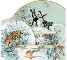 Jaguars, aras, panthères et impalas s'ébattent au cœur d'une nature foisonnante, sous le regard du dessinateur et naturaliste Robert Dallet. Du croquis spontané à la gouache hyperréaliste, c'est tout le travail de l'artiste qui prend vie et se raconte sur porcelaine.