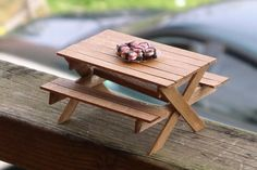 DIY Picnic Table and Bench made out of popsicle sticks - dollhouse miniatures Bastel Ideen Fairy Furniture, Barbie Furniture, Miniature Furniture, Dollhouse Furniture, Furniture Making, Popsicle Stick Houses, Popsicle Stick Crafts, Craft Stick Crafts, Popsicle House