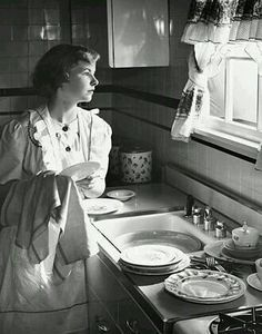 Vintage Kitchen and housewife. She reminds me of one of my friend's mom. Vintage Versace, Vintage Dior, Vintage Vogue, Vintage Ladies, Vintage Stuff, Vintage Beauty, Vintage Pictures, Old Pictures, Old Photos