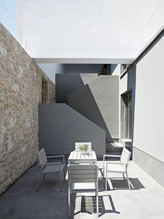 Área externa com mesa e cadeiras