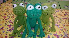 3 frogs Frogs, Macrame, Dinosaur Stuffed Animal, Crochet, Handmade, Animals, Crochet Hooks, Animales, Hand Made