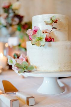 "From the editorial ""The Perfect Blend of Rustic & Romantic at Brasswood Bar + Kitchen in Northern California."" We adore the simplicity of this cake and its subtle floral touches! If you're looking for rustic wedding inspo, head to SMP to browse through the full gallery from this dreamy day! Photography: @erinheartscourt #weddingcake #rusticcake #rusticweddingcake #simplecake #rusticwedding"