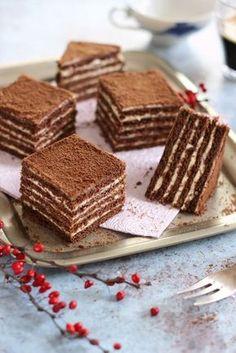 A Marlenka az örmények mézes krémese. Készülhet kakaós vagy diós tésztával is, az alapját mindenképp a mézes tészta adja. Süthetjük szögletesre, kerekre, de tekercsek, bon - bonok és golyók formában Donut Recipes, Pastry Recipes, Cookie Recipes, Hungarian Desserts, Hungarian Recipes, Desert Recipes, Creative Food, No Bake Cake, Tarts