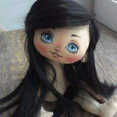 Всем привет!!! У меня сегодня появилась жгучая брюнетка #куклымаринызагребиной #текстильнаякукла #интерьернаякукла #процессы