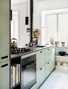 Dra kjøkkenet ut i rommet Kitchen Dining, Kitchen Cabinets, Vintage Kitchen, Interior Styling, Home Kitchens, Cribs, Colours, House, Kitchen Inspiration