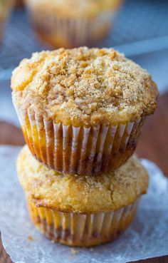 Apple Coffee Cake Muffins- cinnamon-swirled apple muffins with a buttery brown sugar crumble #apples