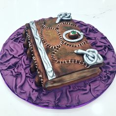 Book of spell cake tutorial by Liliana Da Silva from Sugarella Sweets. This halloween cake is perfect for your upcoming party Halloween 1, Halloween Cakes, Cakes For Men, Cakes And More, Baby Cake Topper, Cake Toppers, Hocus Pocus Book, Cake Topper Tutorial, Cake Videos