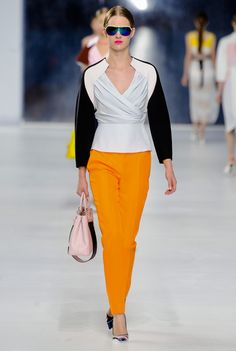 Christian Dior Resort 2014 Fashion Show Collection: See the complete Christian Dior Resort 2014 collection. Look 17 Dior Haute Couture, Style Couture, Couture Fashion, Christian Dior Vintage, Christian Dior 2014, Dior Fashion, Fashion Week, Runway Fashion, Fashion Show