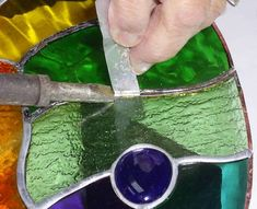 Removing stained glass pieces without breaking by using aluminun strips - Slide strip behind iron Stained Glass Repair, Making Stained Glass, Stained Glass Designs, Stained Glass Panels, Stained Glass Projects, Stained Glass Patterns, Leaded Glass, Stained Glass Art, Mosaic Glass