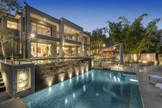 Nestas mansões, salas de estar, quartos e até cozinhas unem-se a espaços externos com piscina e vistas deslumbrantes.