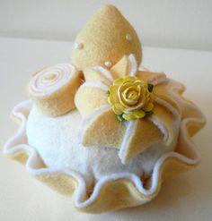 Felt cakes luscious lemon Felted Wool Crafts, Felt Crafts, Crafts To Make, Felt Cake, Felt Cupcakes, Felt Food Patterns, Felt Fruit, Felt Kids, Felt Play Food