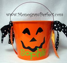 Cute Halloween bucket! Cute Halloween Treats, Halloween Baskets, Halloween Vinyl, Halloween Silhouettes, Halloween Pillows, Diy Halloween Decorations, Halloween Gifts, Easy Halloween, Halloween Prop