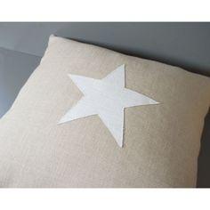 Coussin en lin naturel avec une étoile en lin blanc
