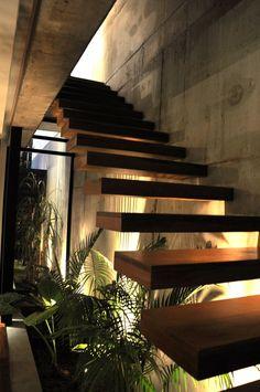 escaleras Planting under stairs - Casa Marielitas by Estudio Dayan Arquitectos Architecture Renovation, Architecture Design, Stairs Architecture, Exterior Design, Interior And Exterior, Interior Garden, Interior Modern, Escalier Design, Contemporary Stairs