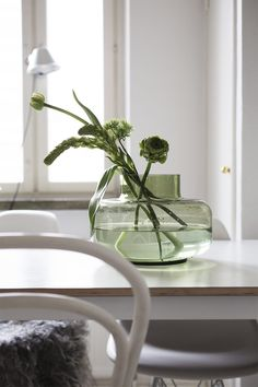 attractive all-green bouquet, and just four stems Vases, Home Flowers, Marimekko, Indoor Plants, Interior Inspiration, Planting Flowers, Interior Decorating, Sweet Home, Room Decor