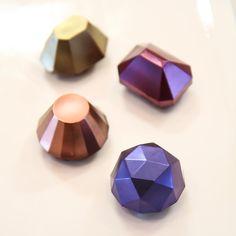 Raspberry chocolate #jewels . 새로산 몰드도 테스트 해볼겸 만든 #보석 초콜릿 . 라즈베리 가나슈 넣어 만든 #블링블링 초콜릿 . . 초콜릿 케익에 올리고 남은 아이들✨