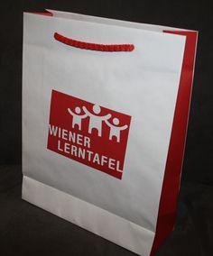 Vollflächiger Druck mit farblichen Akzenten auf der Schmalseite und der farblich passenden Baumwollkordel machen die bedruckten Papiertüten perfekt. Paper Shopping Bag, Cardboard Packaging, Company Logo, Present Wrapping, Tote Bag, Packaging, Gifts
