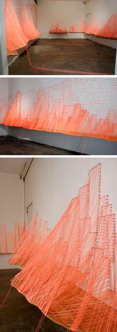Vægdekoration af murertråd og søm/skuer. Kan bruges til at hænge små lapper med idéer og/eller ris/ros til Wonderfestiwall