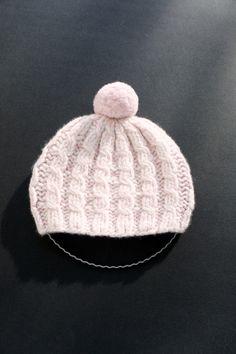 Dieses 2-farbige (ecru/rose) *Babymützchen* wurde aus reinem Kaschmir 12-fädig von Hand und in Form gestrickt.  12-fädig bedeutet, dass richtig viel h
