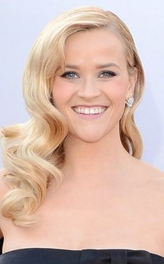 Reese Witherspoon, blonde, deep side part, romantic curls, pale pink lipstick, smokey eyes, Oscars 2013