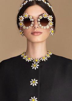 dolce & gabbana daisy look New York Fashion, Runway Fashion, Fashion Tips, Fashion Design, Fashion Weeks, Belle Photo, Body Jewelry, Sunglasses Women, Luxury Sunglasses